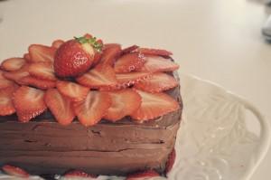 Рецепт домашнего шоколадного торта с клубникой  фото