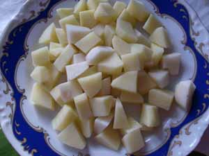 нарезаем картофель для гречневого супа