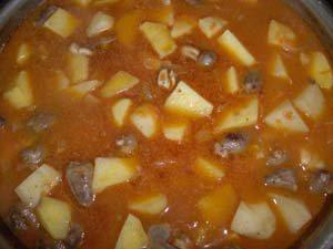 добавляем подготовленный картофель и воду фото