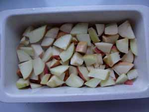 подготавливаем яблоки для шарлотки