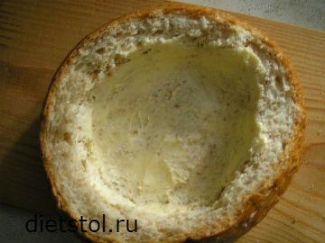 внутреннюю поверхности булочки обильно смазать сливочным маслом фото