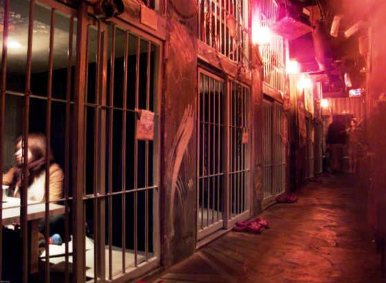 тематический ресторан в тюремном стиле Alcatraz E. R в Токио фото