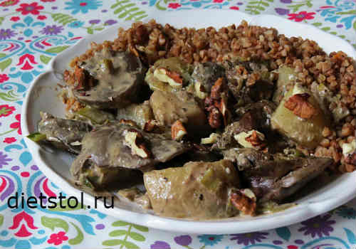 Порция тушеной печени с грушей, сырным соусом и гречкой