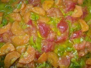 обжариваем овощи для картофеля с черносливом