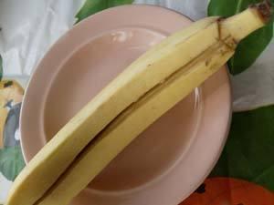 у основания банана делаем поперечные надрезы фото