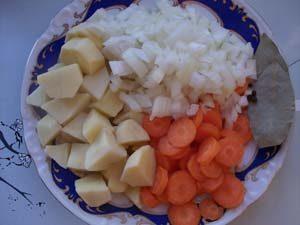 подготавливаем овощи для супа из лосося