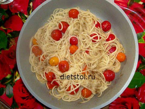 вегетарианские спагетти с помидорами черри фото