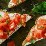готовим тосты с козьим сыром, помидорами и свежим базиликом