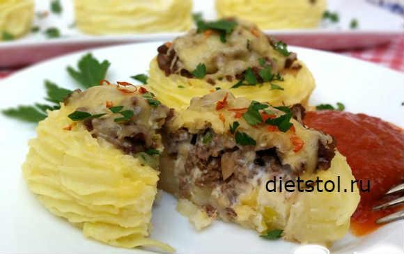 Рецепт: картофельные гнезда с фаршем из вареного мяса и сыром