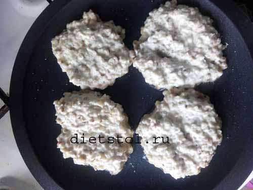 Замешиваем тесто для гречневых оладий на кефире